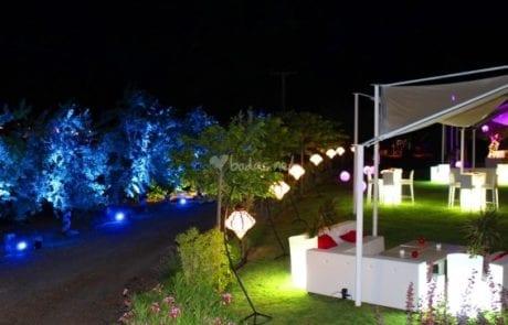 Iluminación exterior mediante lámparas de pie para finca de bodas